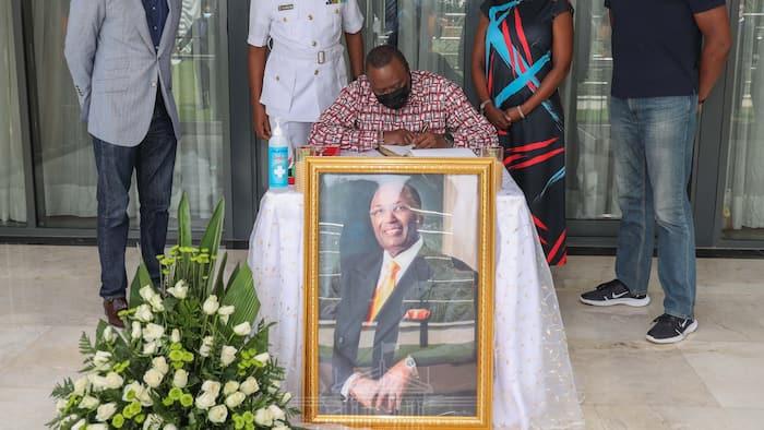Rais Uhuru Kenyatta Aitembelea Familia ya Chris Kirubi, Aifariji