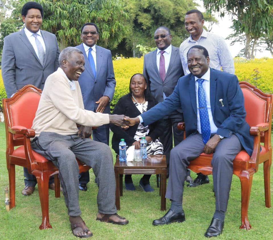 Raila amtembelea mwanasiasa wa Jubilee Nginyo Kariuki ambaye amekuwa akiugua kwa muda mrefu