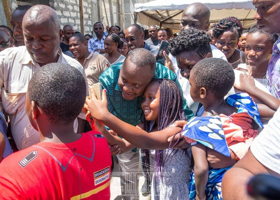 President Uhuru demonstrates his humbleness again by freely mingling with Kenyans at church service