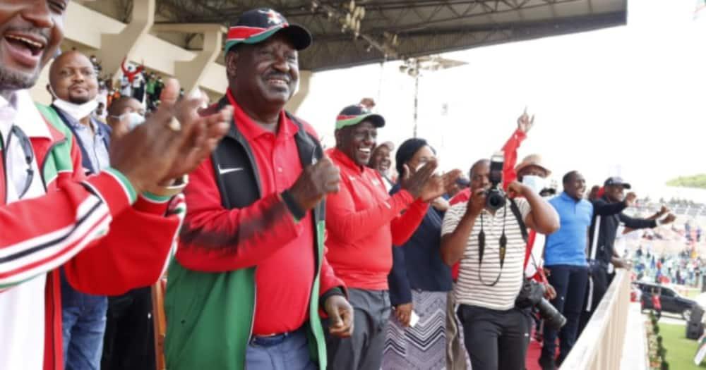 Raila Odinga adunga kofia inayohusishwa na DP Ruto, wakutana jukwaa moja