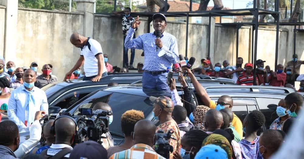 Kalonzo Musyoka addressing Changamwe residents on Friday, July 30.