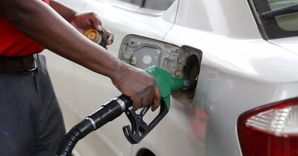 A person fueling a car. Photo: Getty Images.