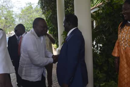 Uhuru joins Raila, Ida for breakfast at his Bondo rural home
