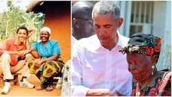 Picha za Kukumbukwa za Mama Sarah Obama Akimkumbatia Rais wa Zamani Barrack Obama