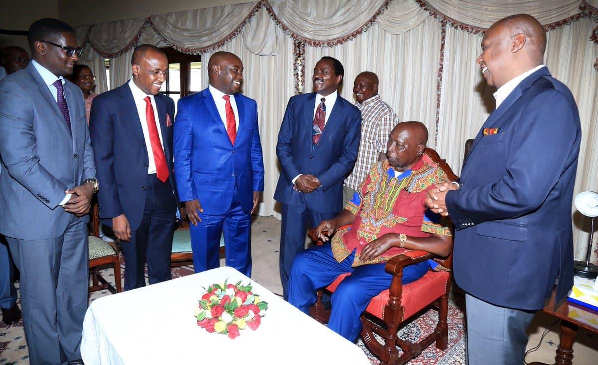 Kiongozi wa Wiper Kalonzo Musyoka amzawadi rais mtaafu Daniel Moi mbuzi 2