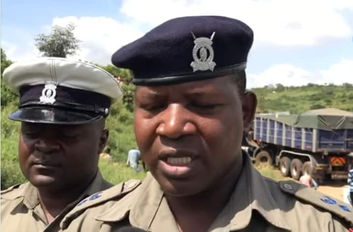 Njaanuary: Kenyans scramble for maize as lorry ferrying grains overturns at Rabai
