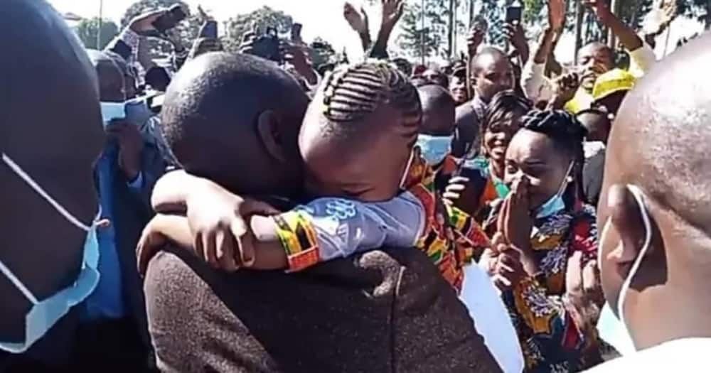 Murang'a mother gets emotional after Ruto carried, embraced her young daughter
