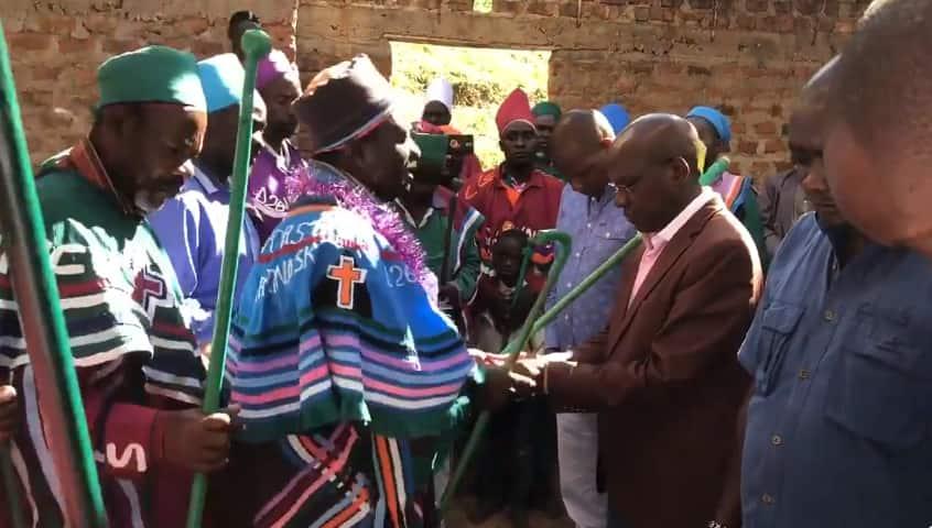 Kakamega clergyman asks God to make Boni Khalwale governor in 2022, deny other aspirants victory