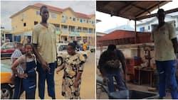 Mtu Mrefu Zaidi Ghana Aacha Shule Baada ya Kukosa Viatu vya Kumtosha