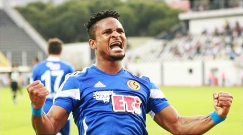 Nigerian footballer confronts millitary man who allegedly slapped him