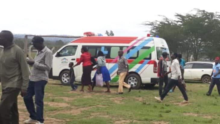 Mwanamke azirai kando ya ambulenzi akisubiri ndege ya DP Ruto kutua