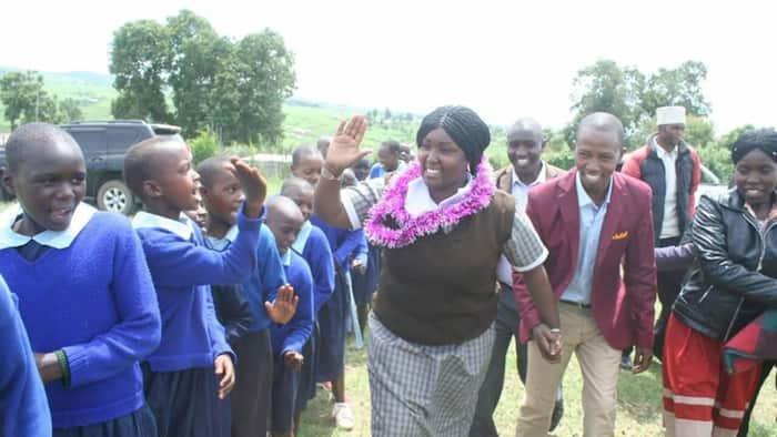Mbunge wa Njoro awaduwaza wanafunzi, avalia sare zao na kuzindua miradi shuleni