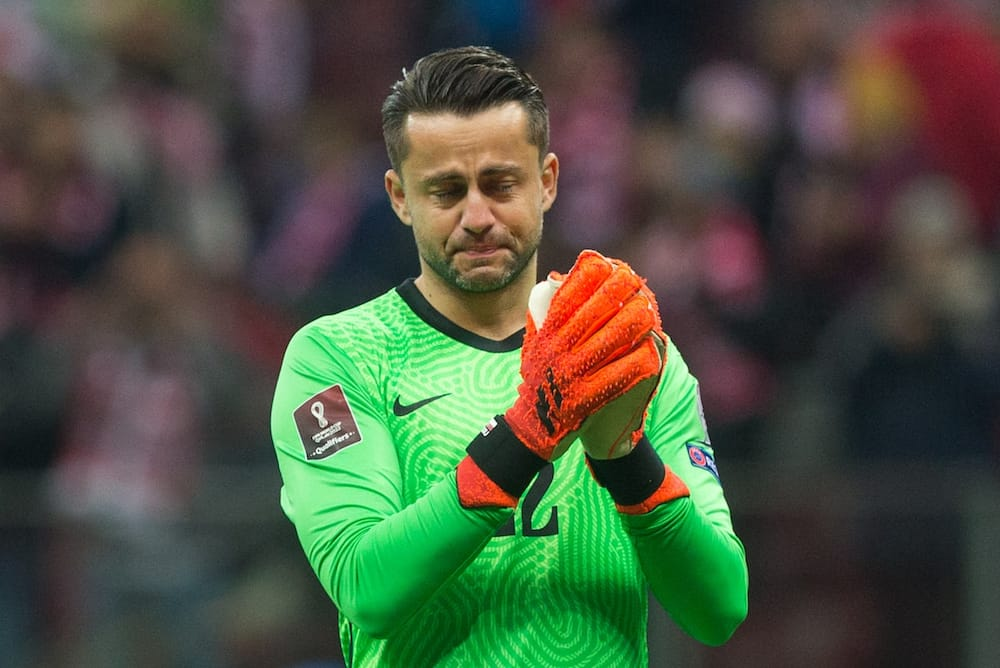 Lukasz Fabianski was emotional as he left the pitch. Photo by Foto Olimpik.