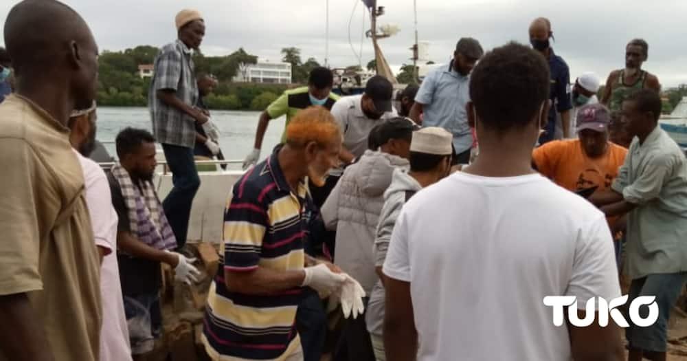 Family and friends gather at the scene where the body of Yusuf was retrieved. Photo: Yvonne Mutunga/TUKO.co.ke.