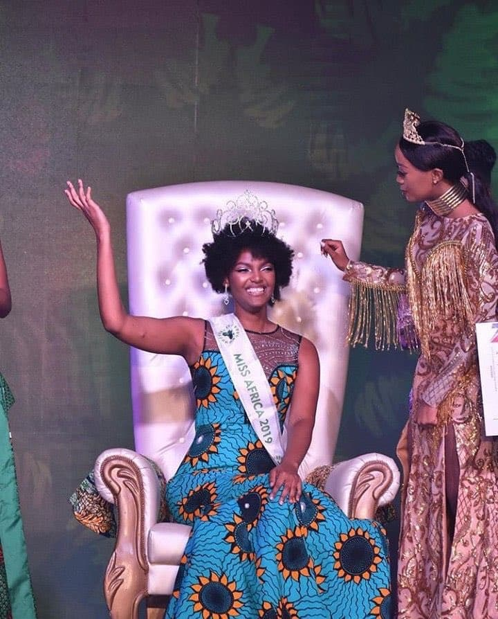 Girl on fire: Miss Congo's wig flames up just as soon as she wins Miss Africa in Calabar (video)