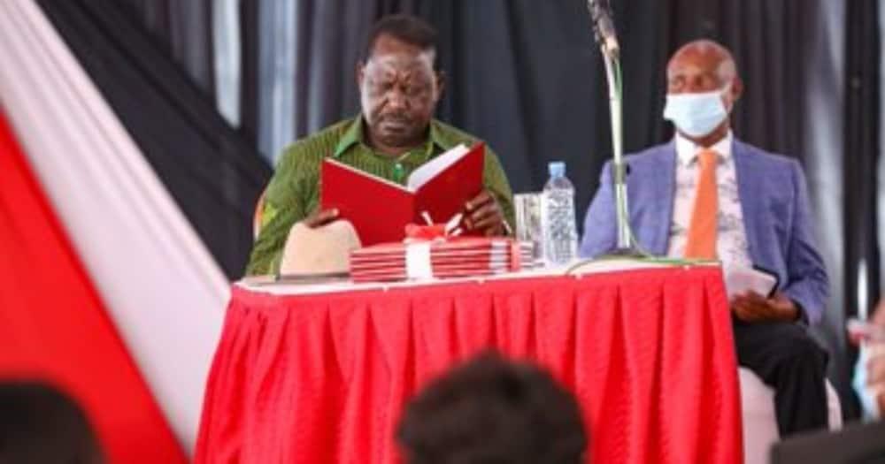 Raila Odinga awahutubia wenyeji wa Nakuru kwenye simu