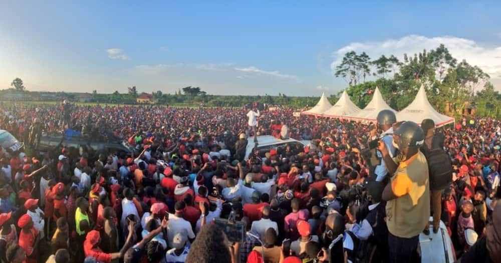 """Bobi Wine receives heroic welcome in Busia: """"Thank you"""""""