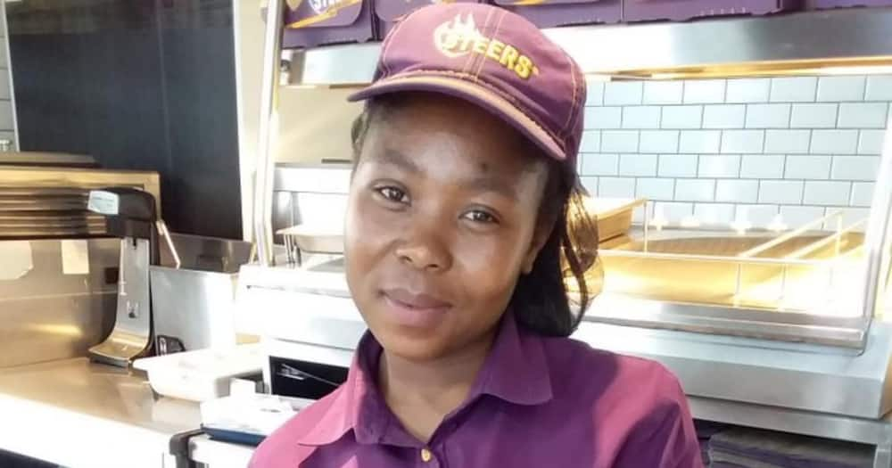 Mzansi commends honest local woman for returning lost wallet