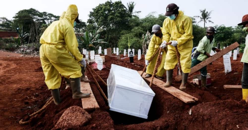 COVID-19: Indonesians caught without masks forced to dig graves for victims