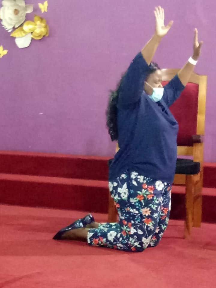 Picha za Askofu Margret Wanjiru akinyenyekea kanisani baada ya kupona coronavirus