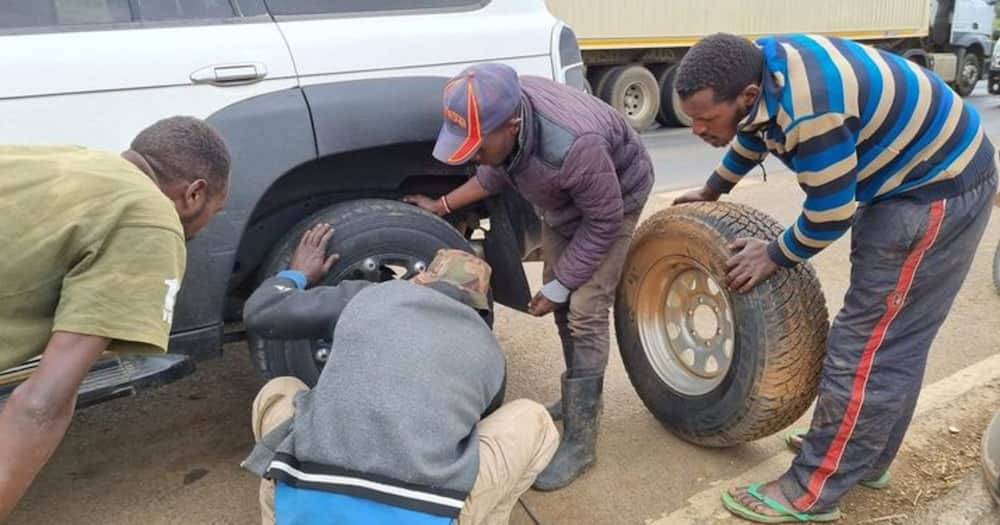 Boni Khalwale lauded the youth for helping him fix his vehicle's puncture.