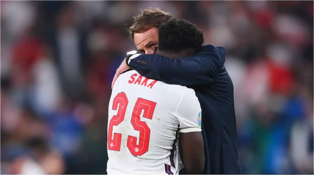 Gareth Southgate consoles Bukayo Saka. Photo: Getty Images.