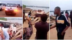 National Youth Service Members Load Van on Rickety Boat to Cross River, Social Media Reacts