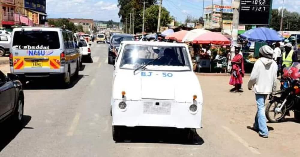 2 Kenyan men offer to help improve the look of Laikipia BJ-50 car after complaints