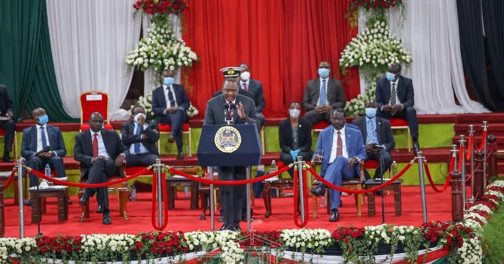 Tazama picha ya DP Ruto akimnyenyekea Rais Uhuru Kenyatta
