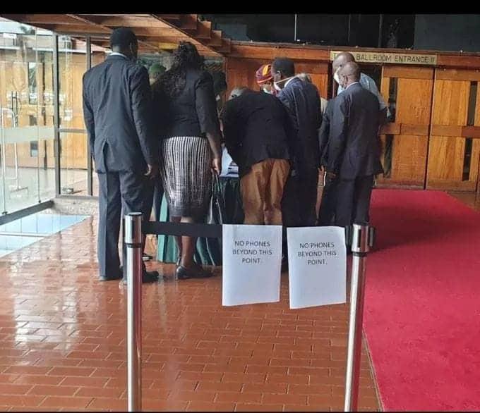 Wabunge wa Jubilee wazuiwa kuingia na simu kwenye mkutano wa Rais Uhuru KICC