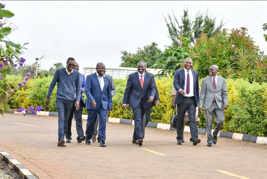 Boni Khalwale leads section of Luhya politicians to William Ruto's home