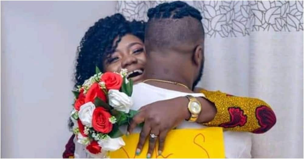 Woman kneels to accept boyfriend's marriage proposal, explains why