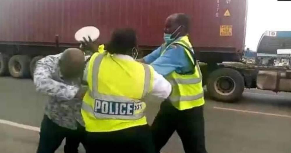 Nakuru: Video ya polisi wa trafiki wakimvamia mwendeshaji wa gari yaiibuka