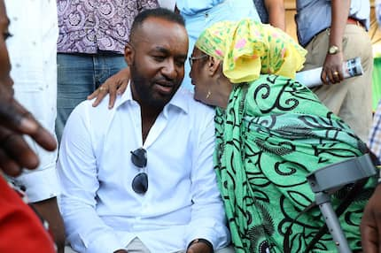 Joho extends appreciation hand t Uhuru after being awarded presidential award
