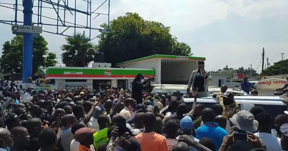 Sonko apokelewa kwa mbwembwe Kisumu akihudhuria mazishi ya Kevin Oliech