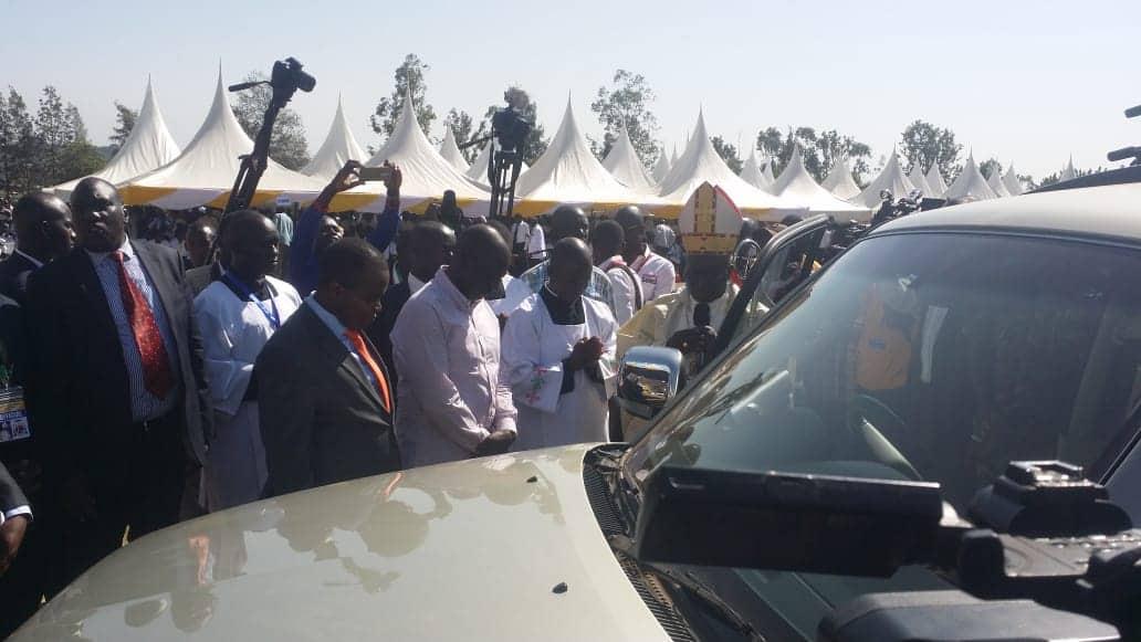 Ruto amzawidi Kasisi Philip Anyolo gari la kifahari, Raila ahudhuria sherehe hiyo