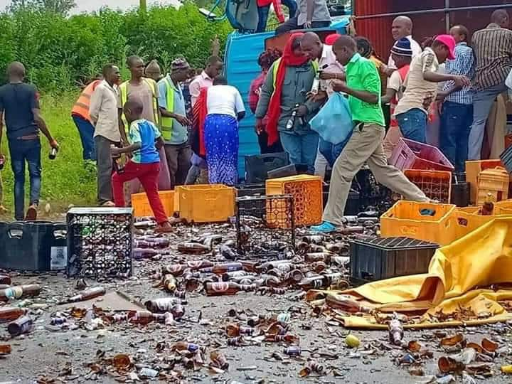 Kirinyaga residents scramble for beer after lorry oveturns in Kagio