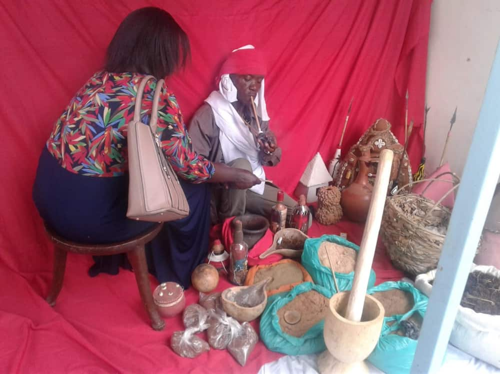 Woman busts cheating husband paying landlady in kind