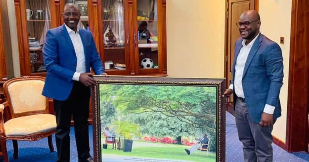 William Ruto (i) receiving the portrait. Photo: Ugandan Stae House.
