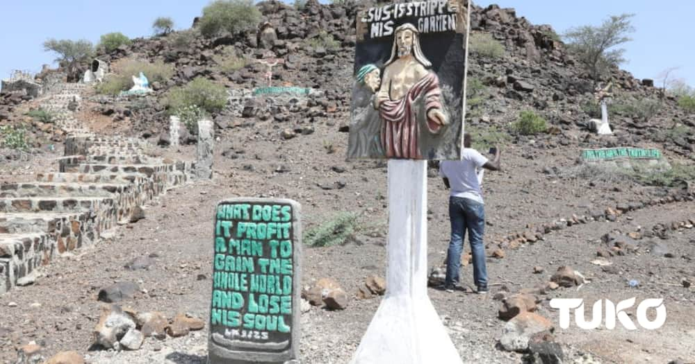 The monument welcomes visitors flying into the county as it is located a few meters from the Lodwar airstrip.
