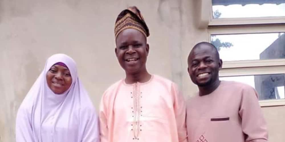 The couple visited their secondary school teacher. Photo: @Oseni Ibrahim Ola.