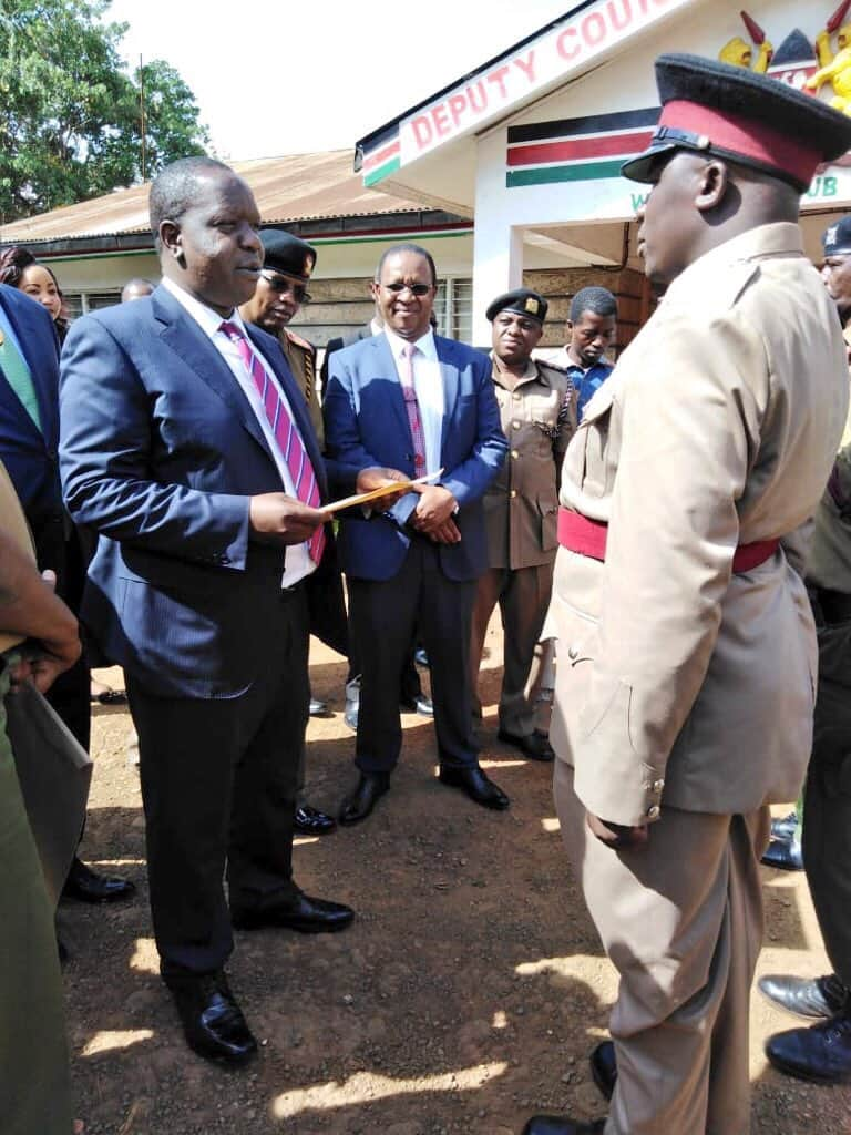 Uhuru awards State commendation to brave policeman who overpowered two thugs and recovered KSh 400,000