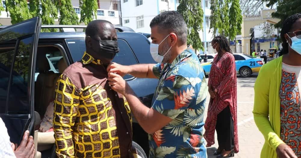 Mvita MP Adulswamad Nassir fixing Raila's shirt. Photo: Abdulswamad Shariff Nassir.