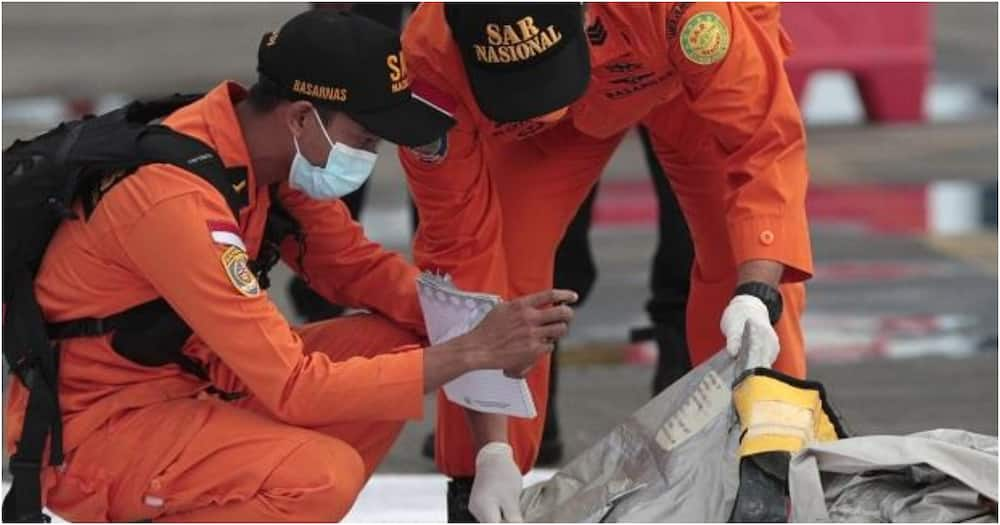 Rescuers inspect debris found in the waters around the location where a Sriwijaya Air passenger jet has lost contact with air traffic controllers shortly after the takeoff (Photo: AP)