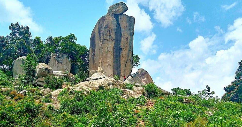 Crying stone: Wanaokaa karibu na jiwe hilo wazidi kudondokwa machozi, watamani Oparanya kulihamisha