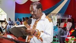 Picha ya Baba Akisoma Biblia Kanisani Yazua Gumzo Mitandaoni