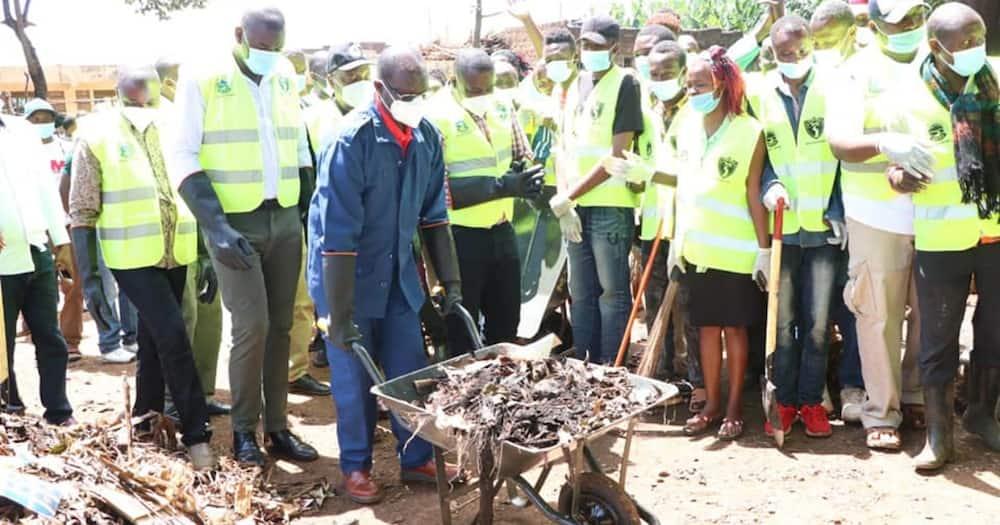 Kiraitu Murungi excites hustlers after using wheelbarrow during launch of youth empowerment drive