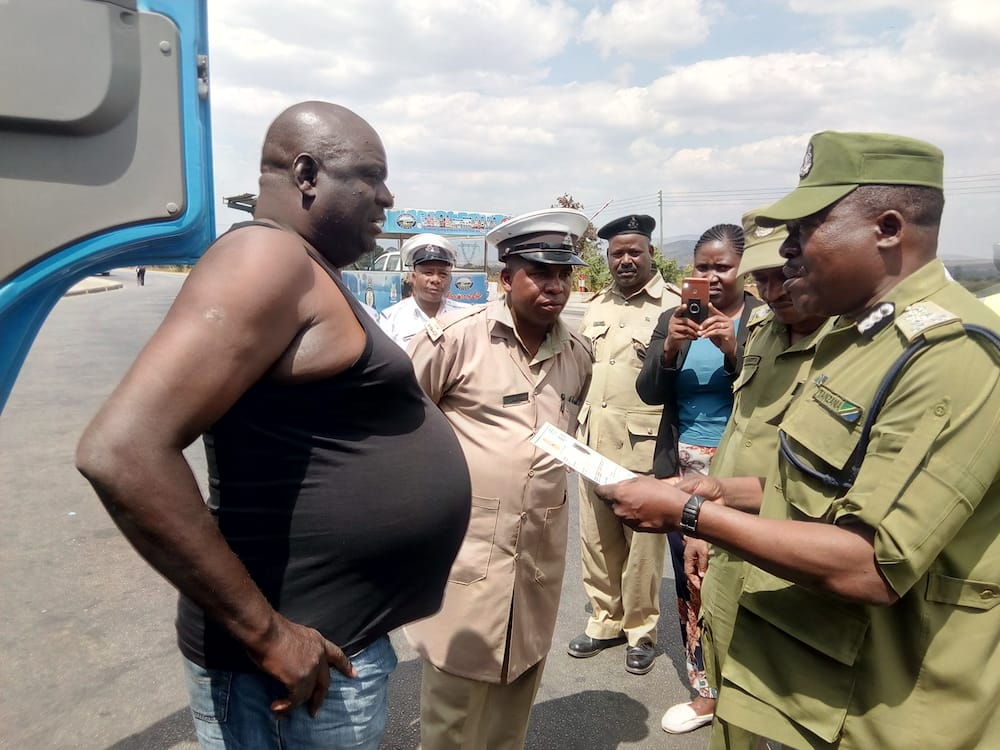 Tanzanian traffic police boss excites Kenyans after ordering reckless bus driver to apologise to passengers