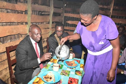 'Hustler' Ruto enjoys tea and Chapati at local kiosk in Mumias