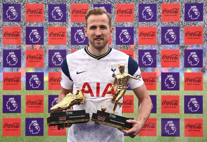 Harry Kane posing after winning golden boot last season.